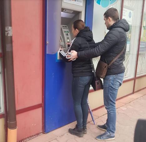 евушку-организатора задержали прямо во время очередной «сделки»: она как раз пыталась снять чужие деньги банкомате с помощью поддельной банковской карты