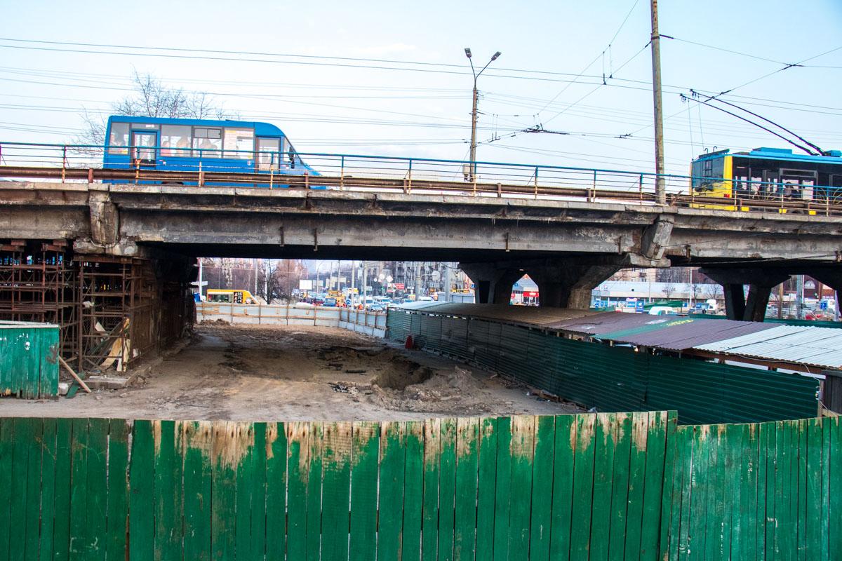Поэтому было принято решение полностью снести старый мост, и на его месте до конца 2019 года возвести новую транспортную развязку