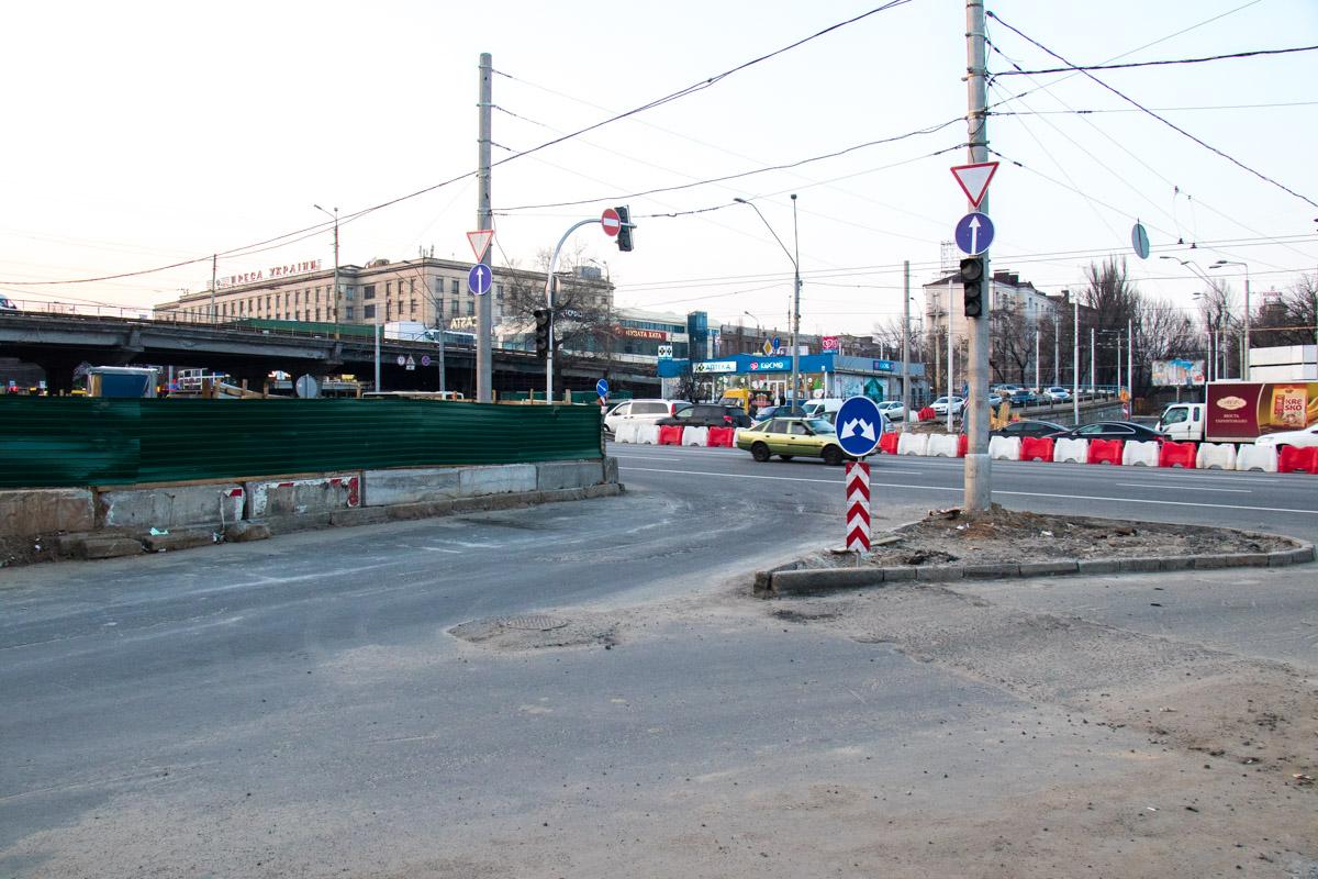 А поскольку движение на мосту перекроют утром 16 марта, последний день Шулявка все еще функционирует и перегоняет сотни машин