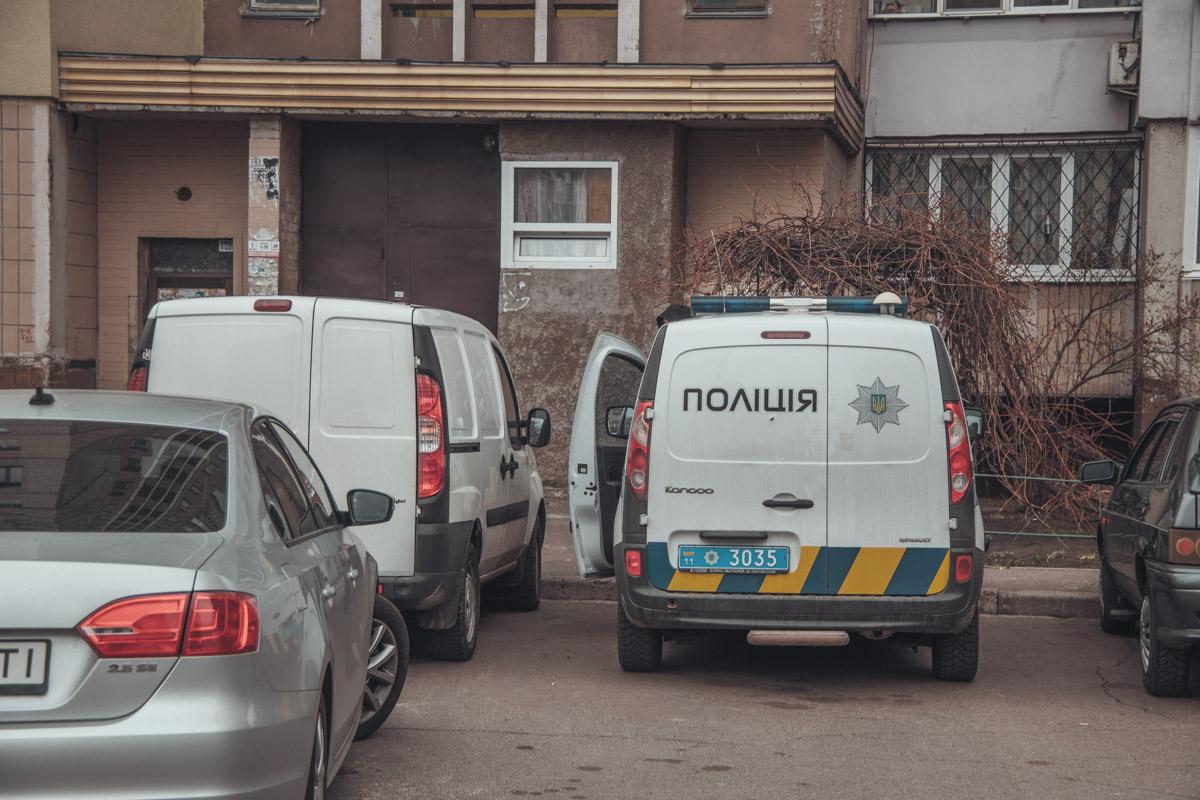В Киеве из окна 16 этажа жилого дома по адресу улица Ларисы Руденко, 10 выбросился мужчина 1988 года рождения