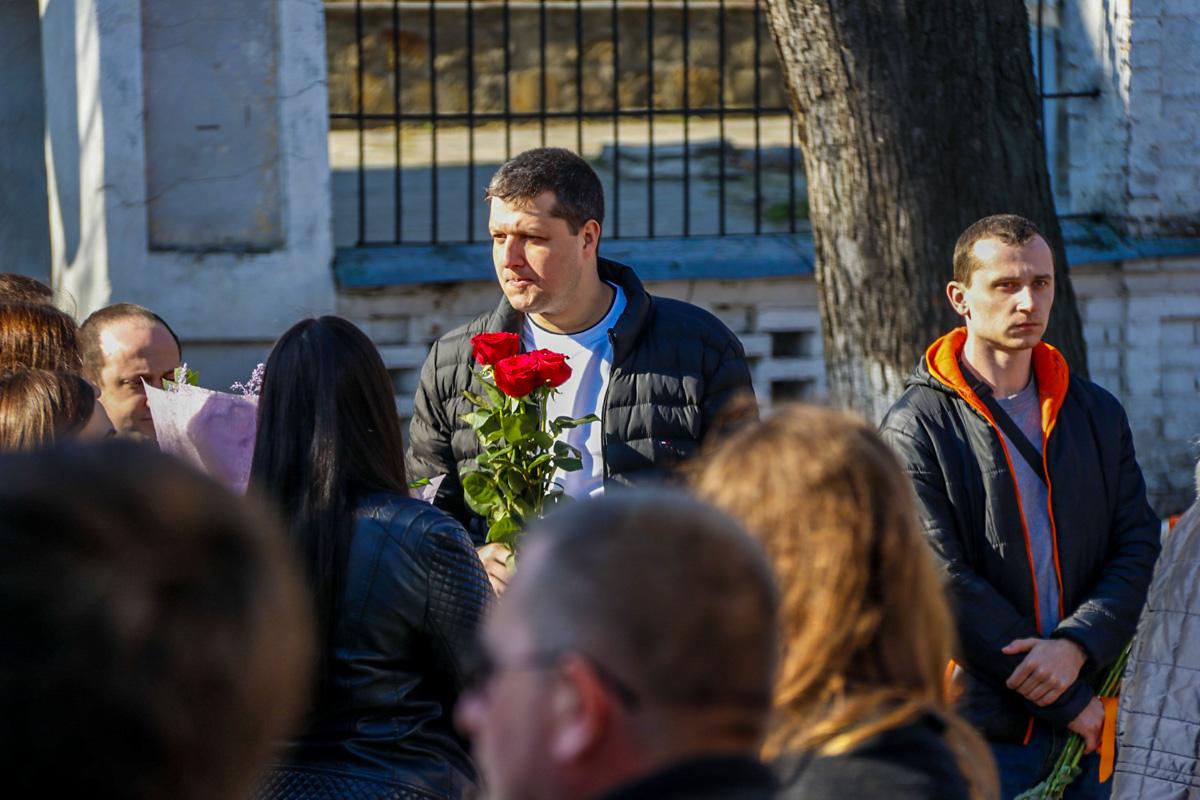 Желающих поздравить Тимошенко было так много, что пока она принимала поздравления у машины, толпа перекрыла улицу и создала небольшую пробку