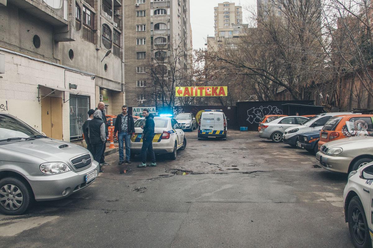 19 марта в Киеве на улице Павловской обнаружили мужчину с порезанной шеей