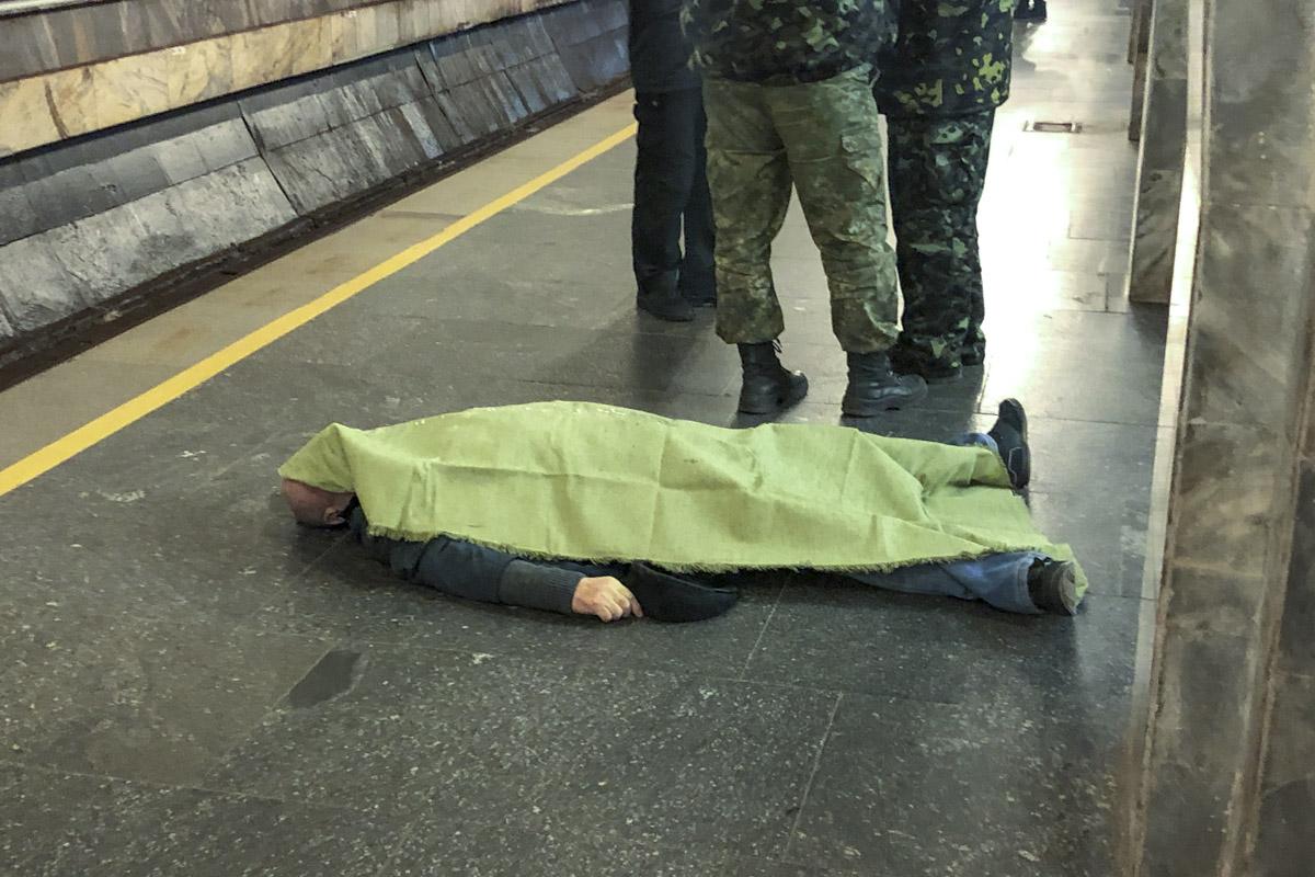 Пассажира метрополитена сразу вызвали на место бригаду скорой помощи, но человек умер до приезда медиков
