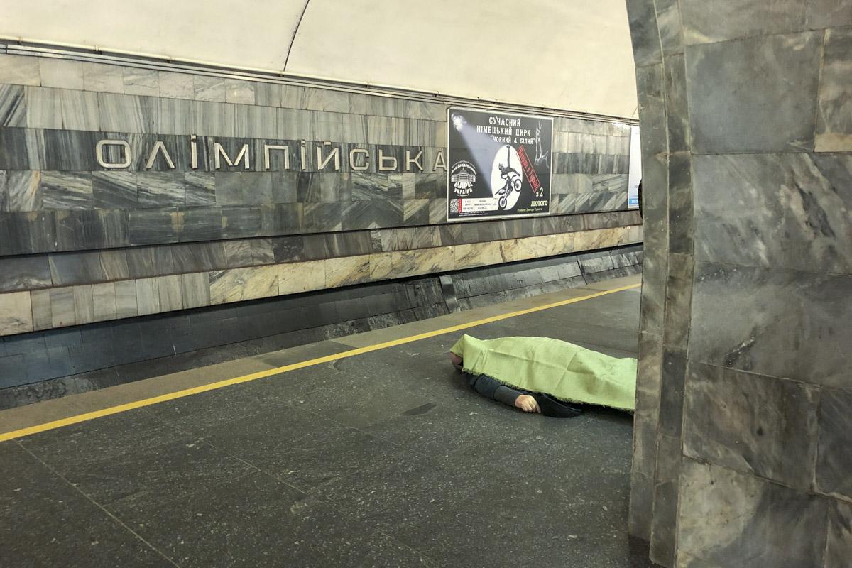 "На платформе станции метро ""Олимпийская"" пожилому мужчине стало плохо"