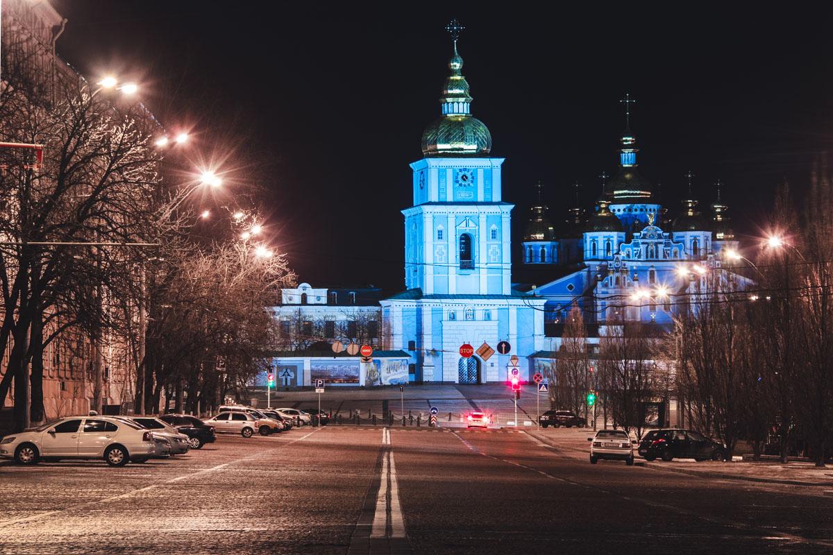 Михайловский собор ярким светом сражается с ночной тьмой