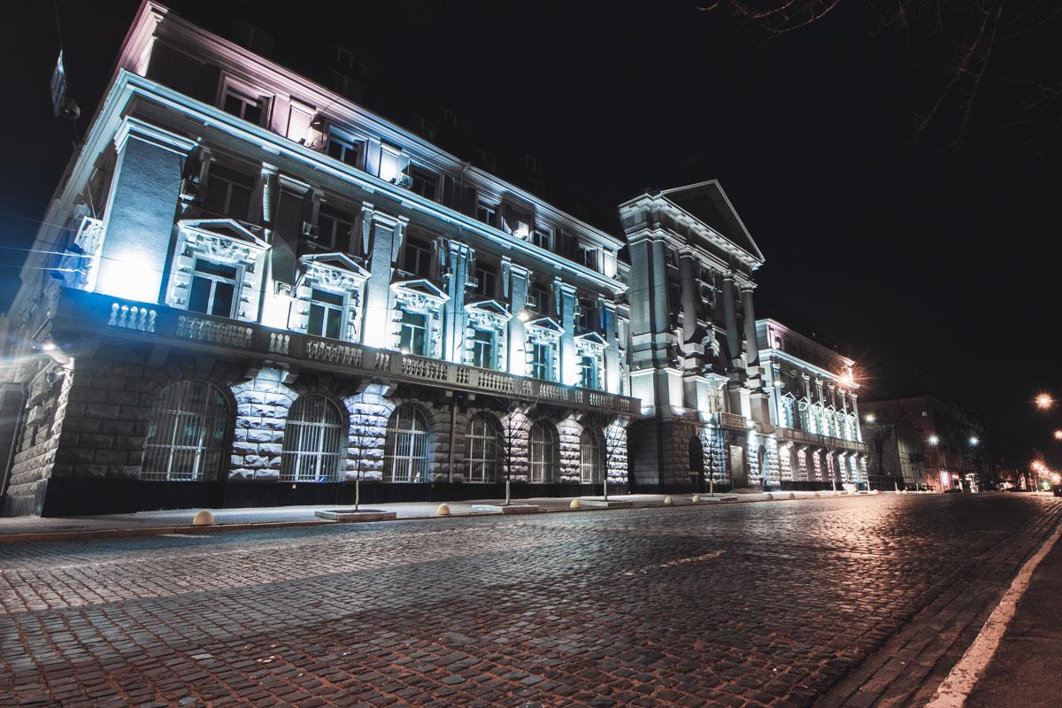 Величественные стены подсвеченные ночной иллюминацией