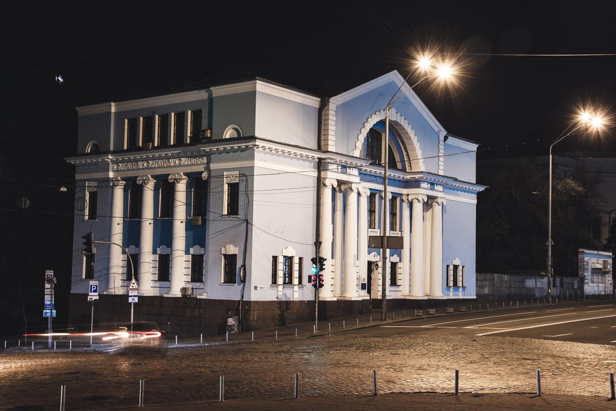 Здание конференц-зала Академии наук в полутьме