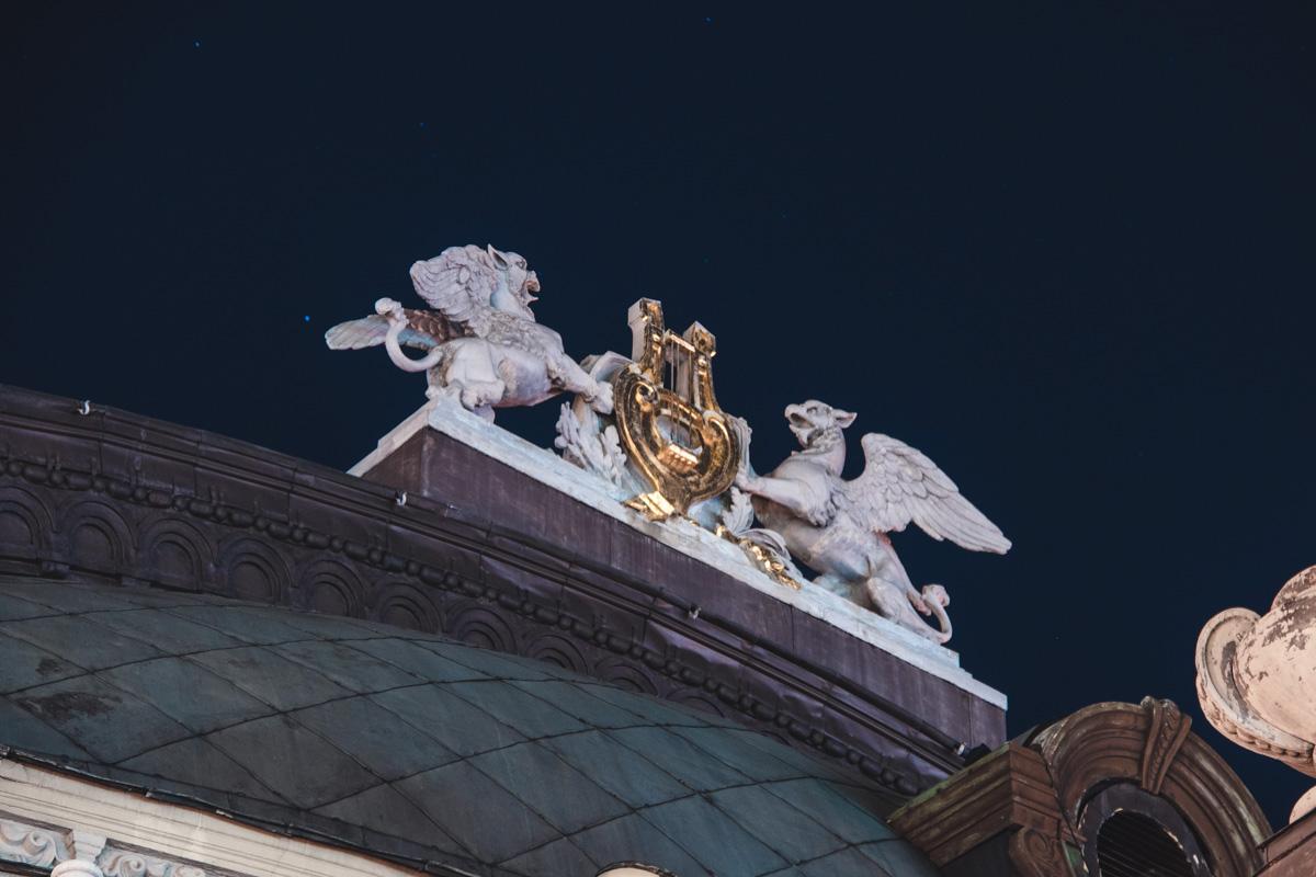 Изваяния на здании Национального академического театра оперы и балета Украины имени Тараса Шевченко готовы встречать первые лучи Солнца