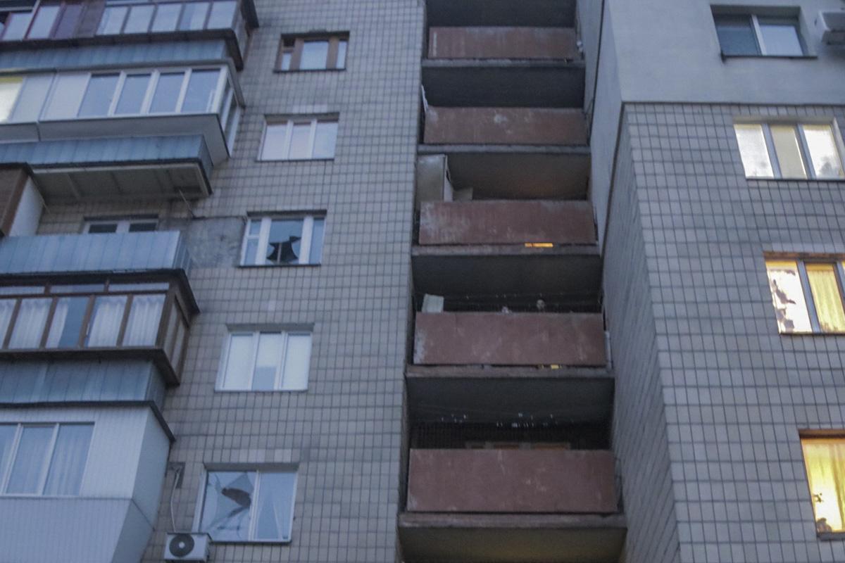 Неизвестный мужчина подкинул взрывоопасное вещество под двери подъезда многоэтажки