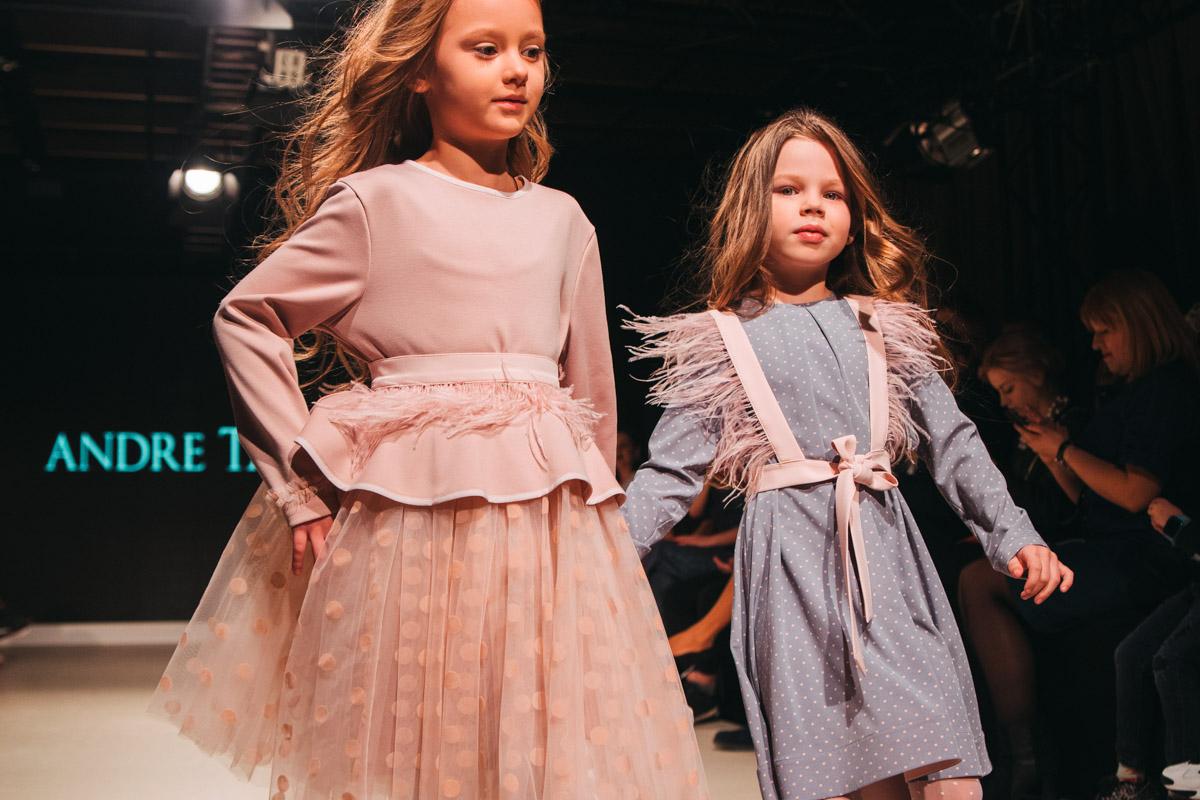 Особое внимание уделяется крою и выбору ткани, а также максимально повторяются элементы взрослых коллекций в детских
