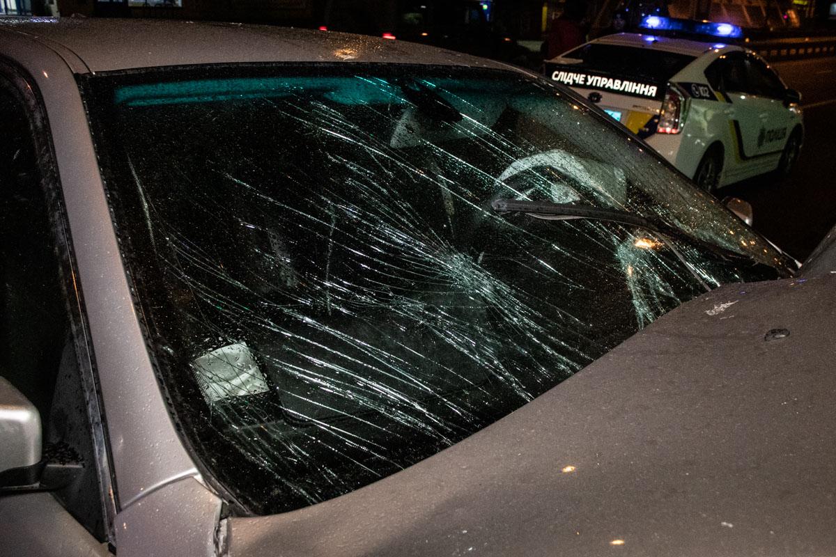 От удара о фонарный столб автомобиль получил серьезные повреждения всей передней части и моторного отсека