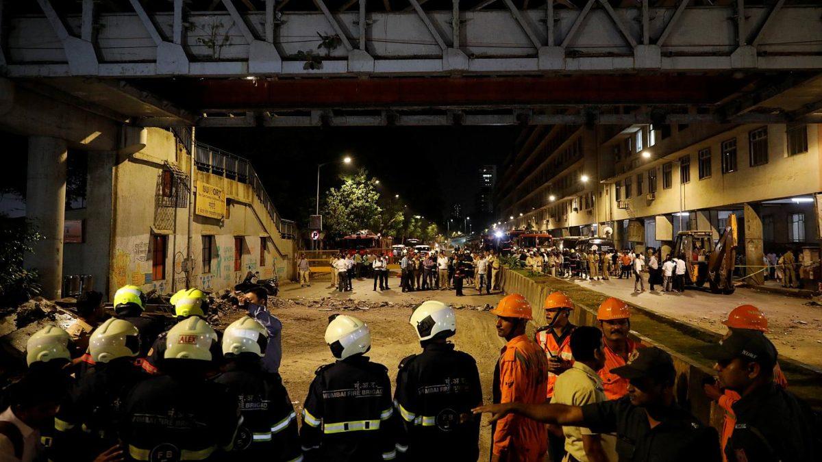 В результате обрушения пешеходного моста пострадали 37 человек