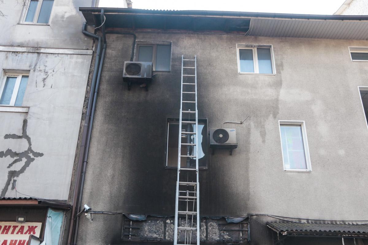 Пламя также повредило 2 верхних этажа с внешней стороны здания