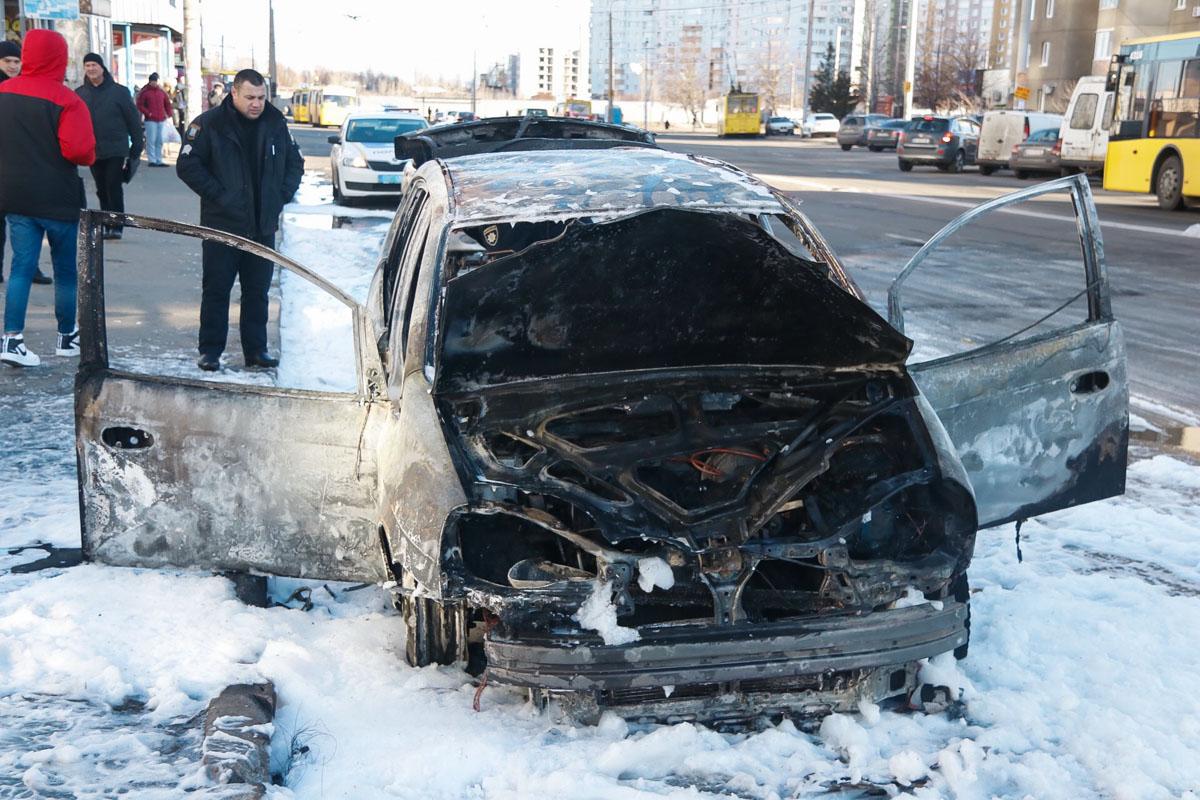Минивэн вспыхнул на проспекте Маяковского, просто напротив остановки общественного транспорта