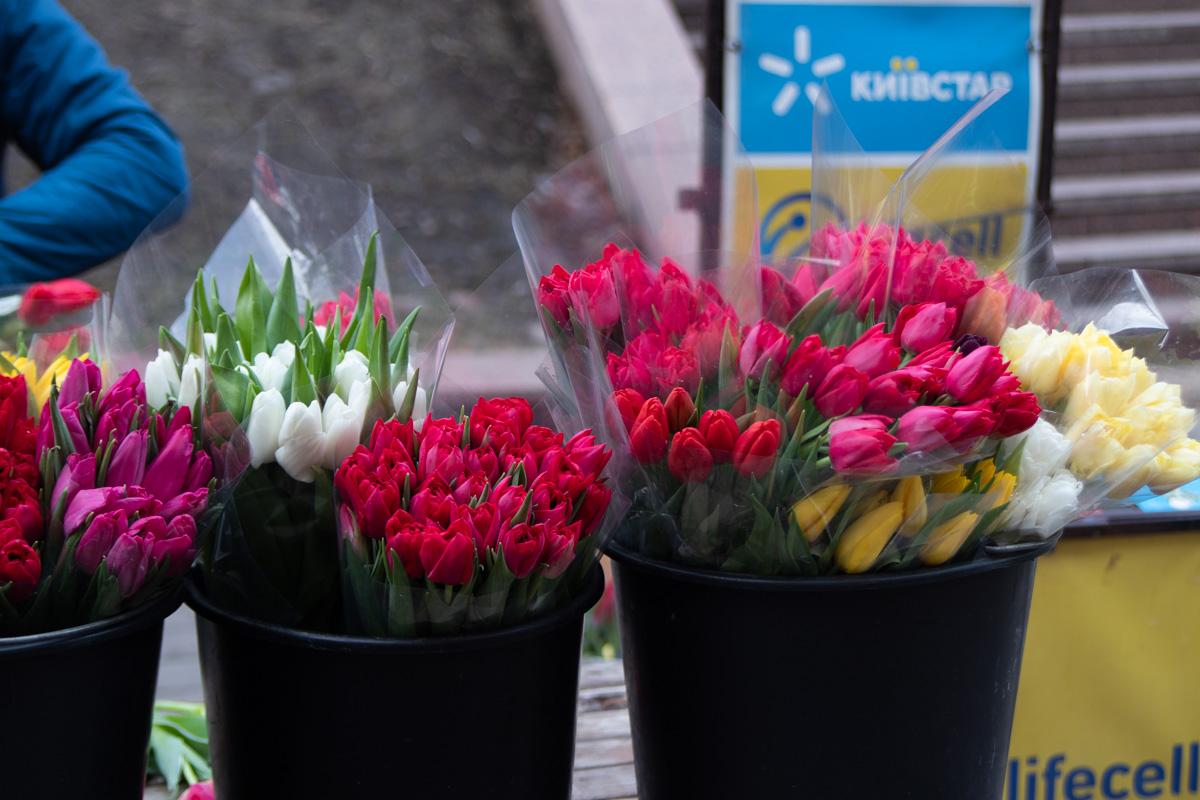 Цена на тюльпаны варьировалась от 20 до 30 гривен за цветок, розы продавали в среднем за 25 гривен