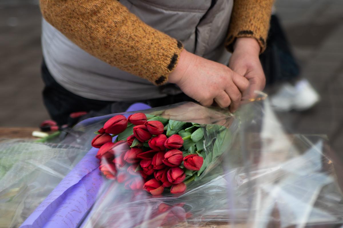 На ярмарке можно приобрести тюльпаны, розы и ирисы