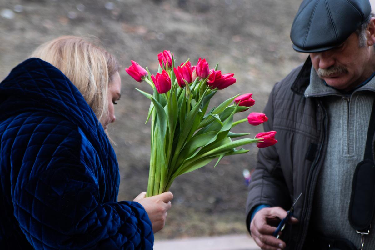 На территории перед входом на станцию образовалась стихийная ярмарка цветочников