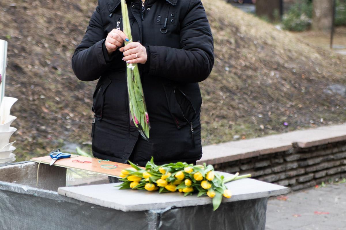 """7 марта, перед станцией метро """"Золотые ворота"""" образовались большие очереди из желающих купить цветы на 8 марта"""