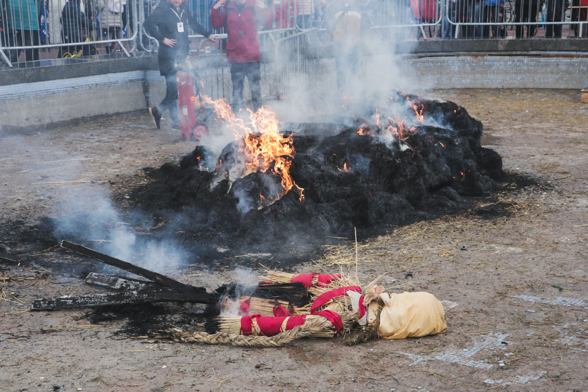 Традиционное чучело зимы планировали сжечь вечером, однако символ праздника сгорел раньше положенного времени