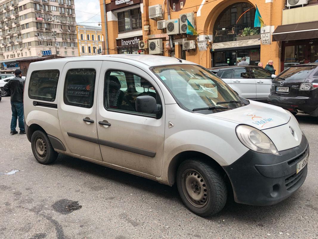 Инцидент произошел на Бессарабской площади. На асфальте возле такси видно кровь, как последствие драки