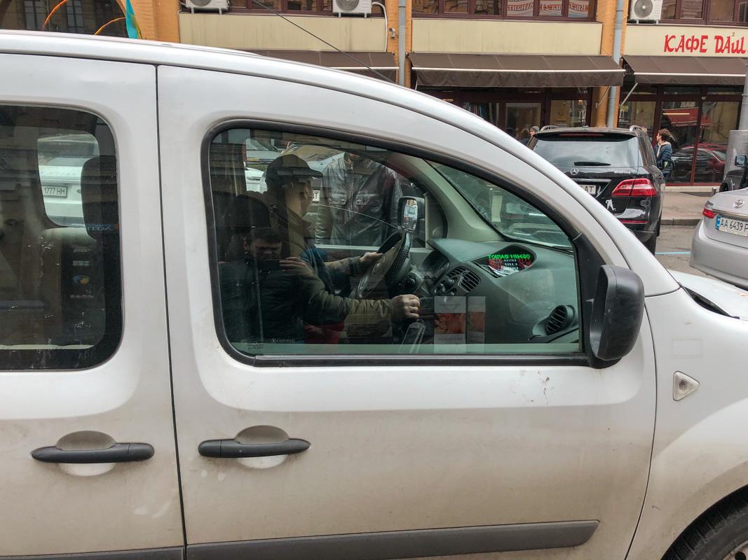 По словам пассажира, таксист отказался принять деньги на карточку.