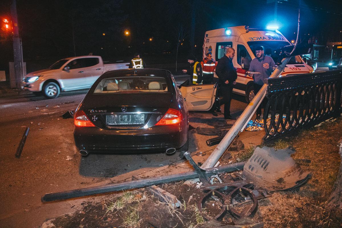 В центре Киева на пересечении бульвара Шевченко и улицы Терещенковской столкнулись Mercedes и Lexus
