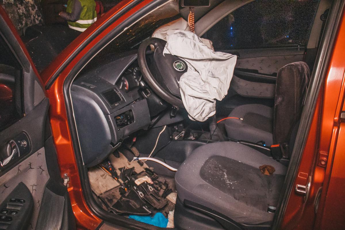 Skoda получила серьезные повреждения передней части автомобиля, аDaewoo задней части кузова