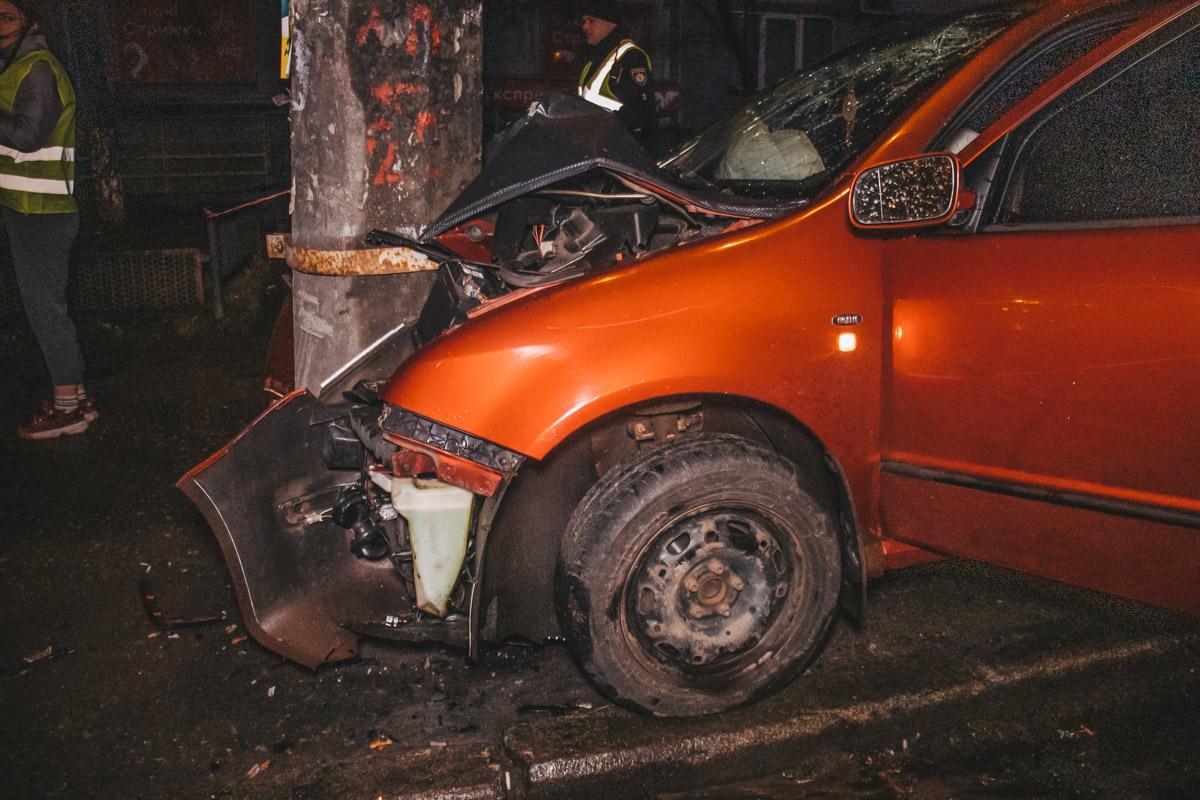 По предварительной информации, в результате аварии водитель Skoda получил открытый перелом ноги