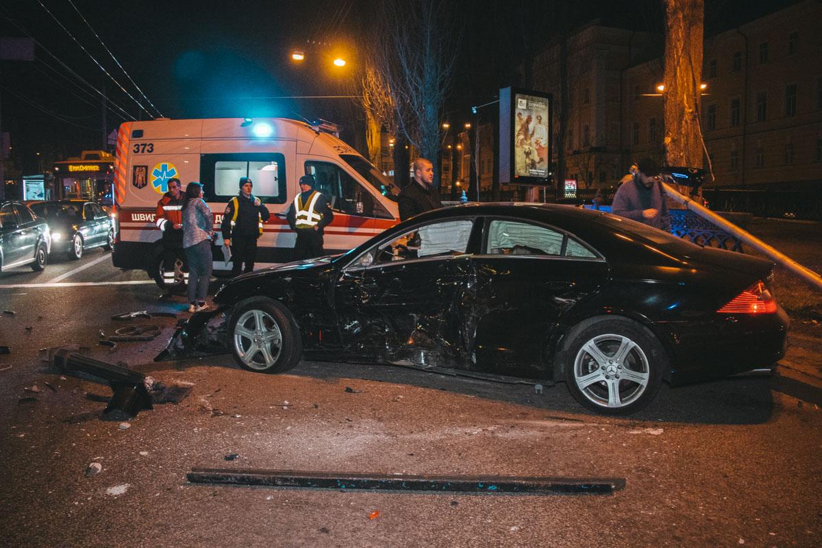 Mercedes получил удар со стороны водителя и влетел в забор