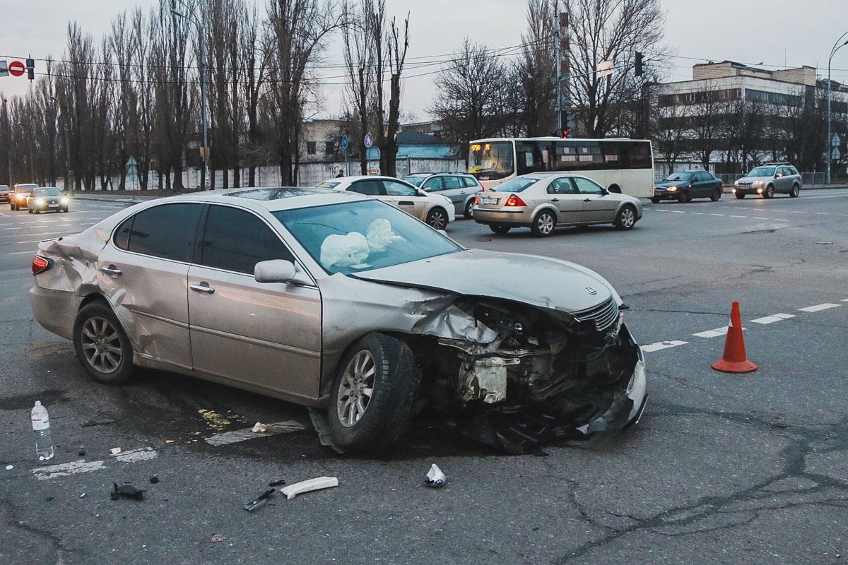 Автомобиль Lexus столкнулся с Honda