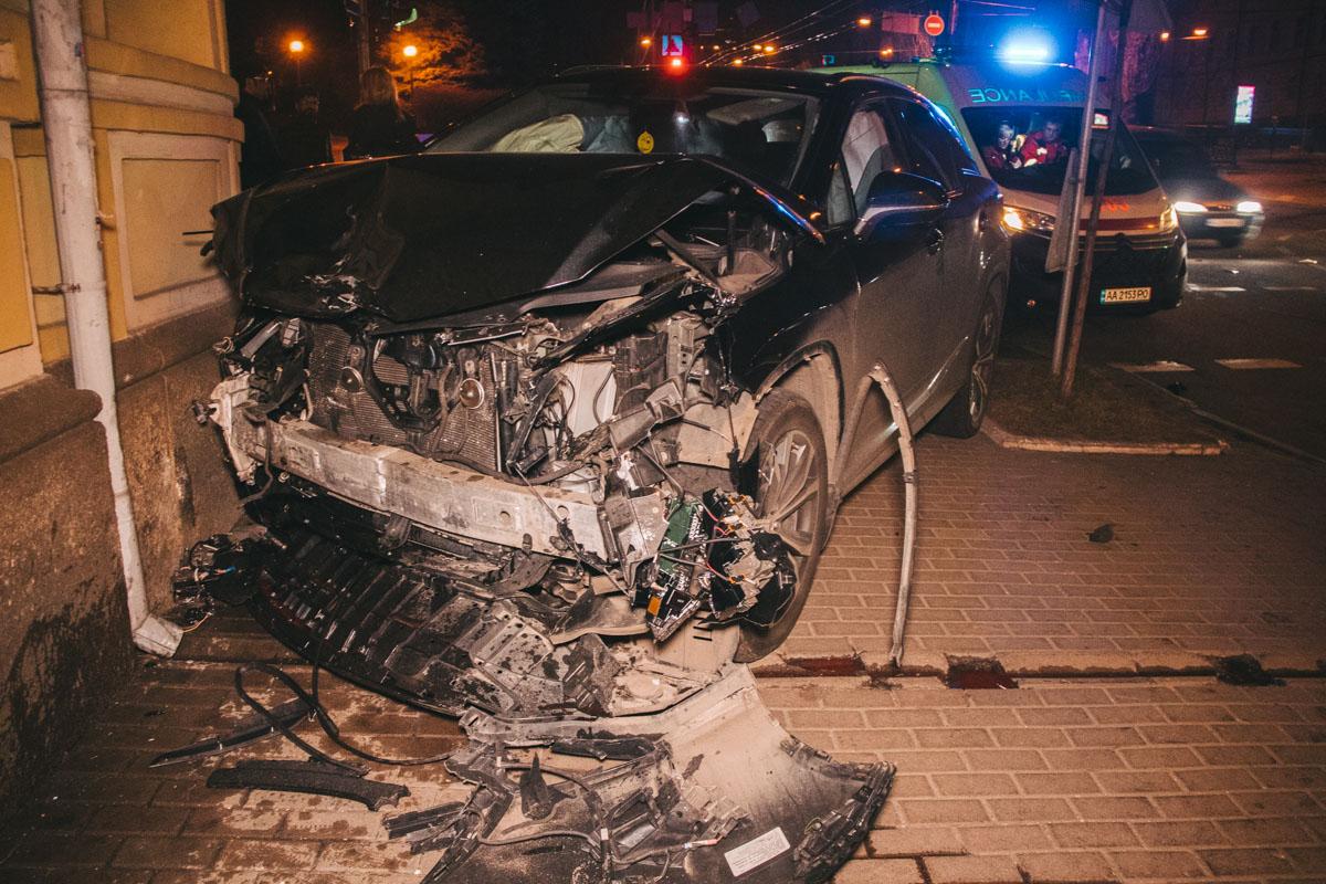 В результате столкновения Lexus влетел в здание на противоположной стороне дороги