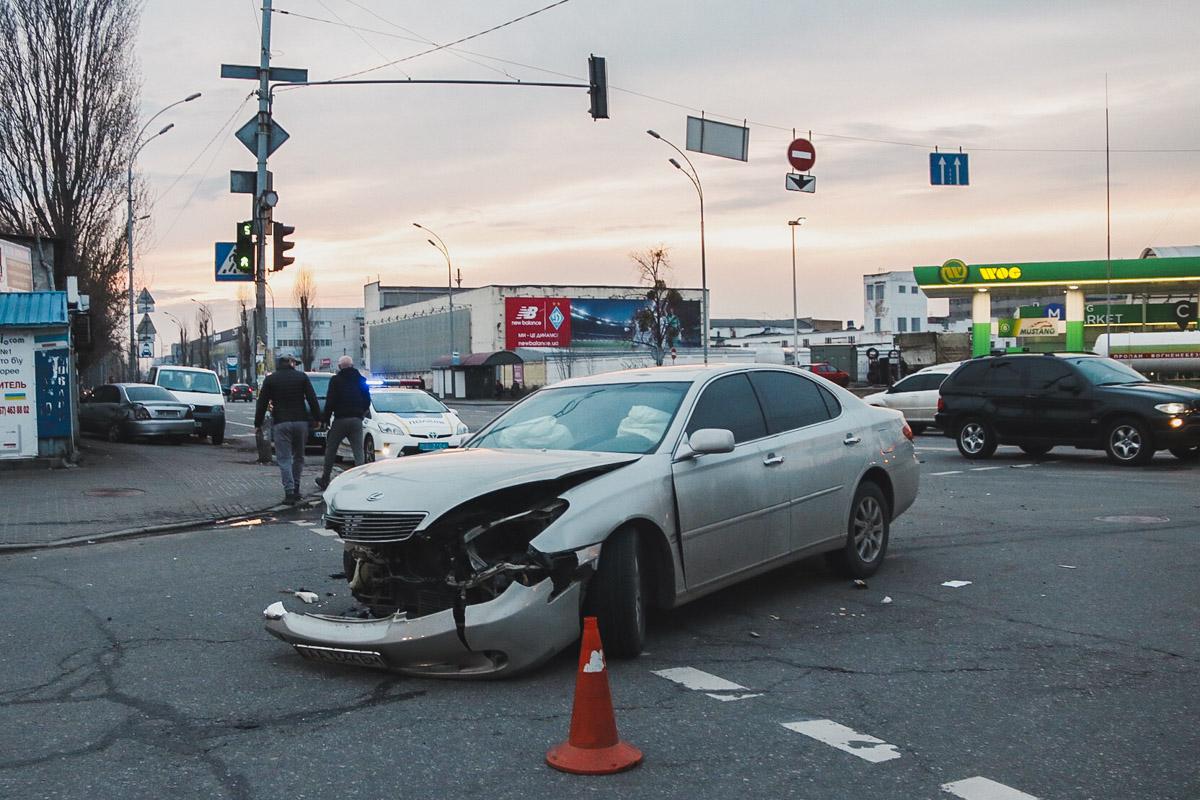 Lexus пытался проскочить на красный сигнал светофора