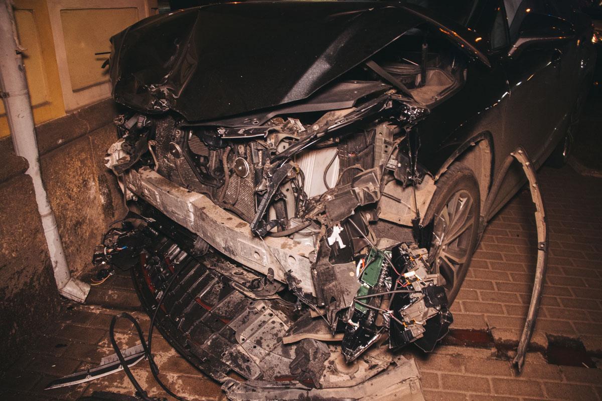 У Lexus также серьезно повреждена передняя часть