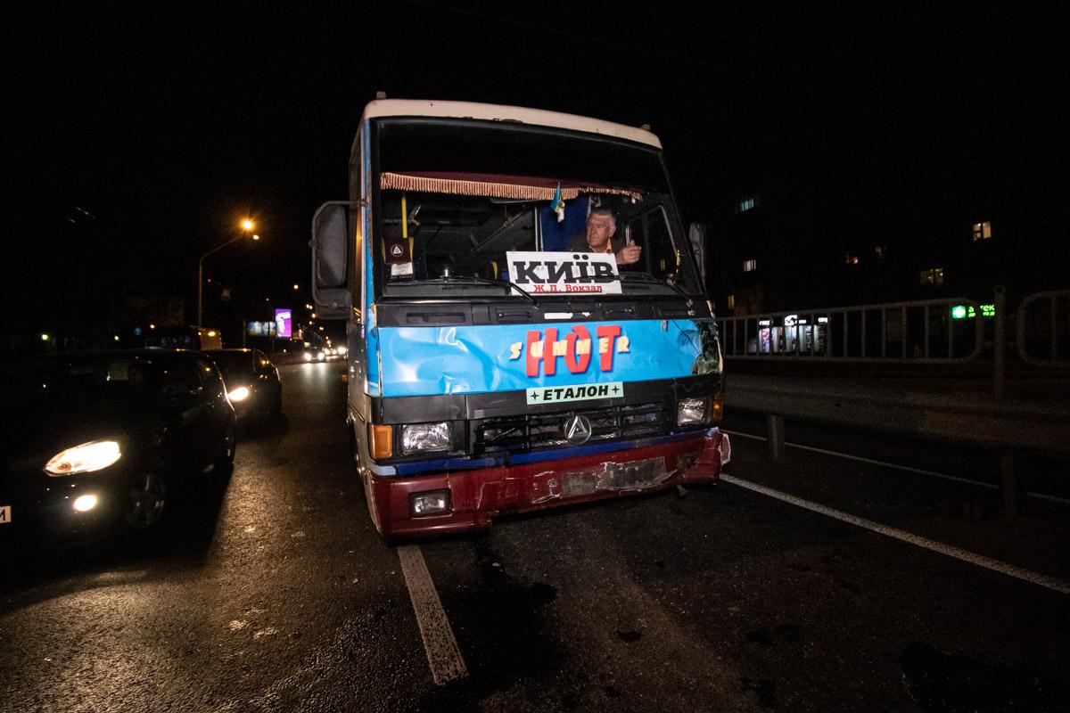 Спустя некоторое время на соседней полосе столкнулись автобус и грузовик