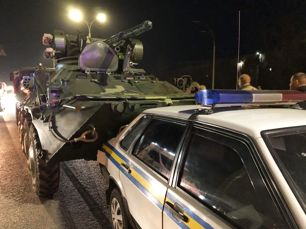 На улице Академика Заболотного произошла авария с участием БТР и машины военной инспекции Lada Samara