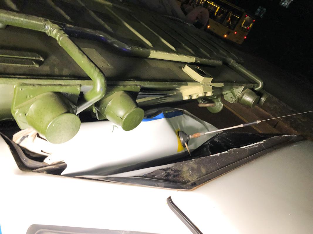 Lada военных успела затормозить перед легковушкой, а едущий сзади БТР врезался в нее