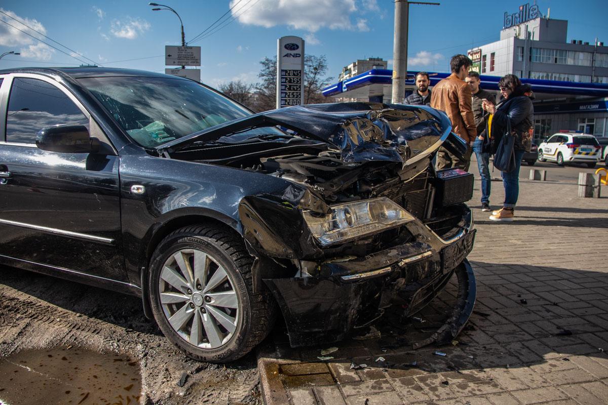 В результате столкновения обоих копов и женщину-водителя Sonata госпитализировали