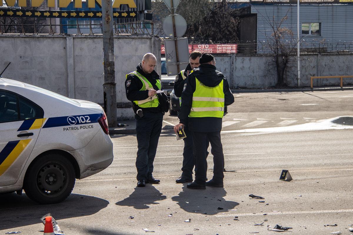 На месте работали полицейские и дежурили патрульные