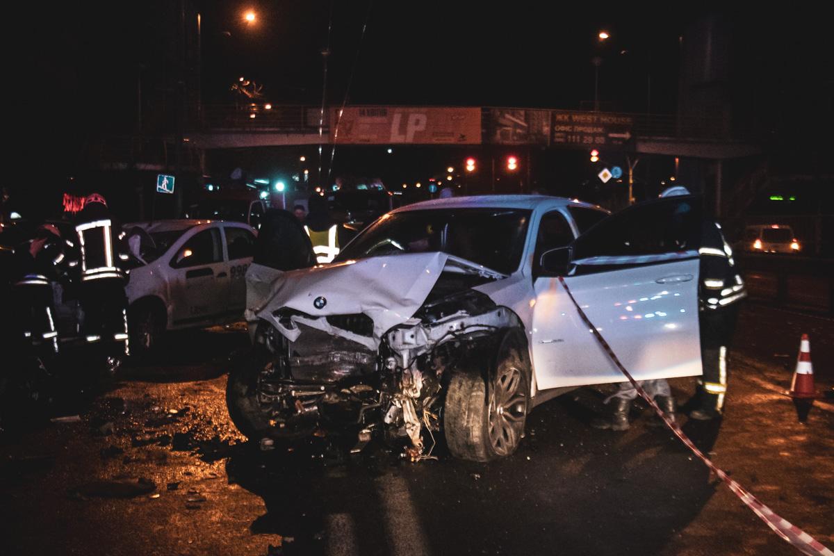 По предварительным данным водитель BMW на большой скорости выехал на встречную полосу и врезался в другие машины