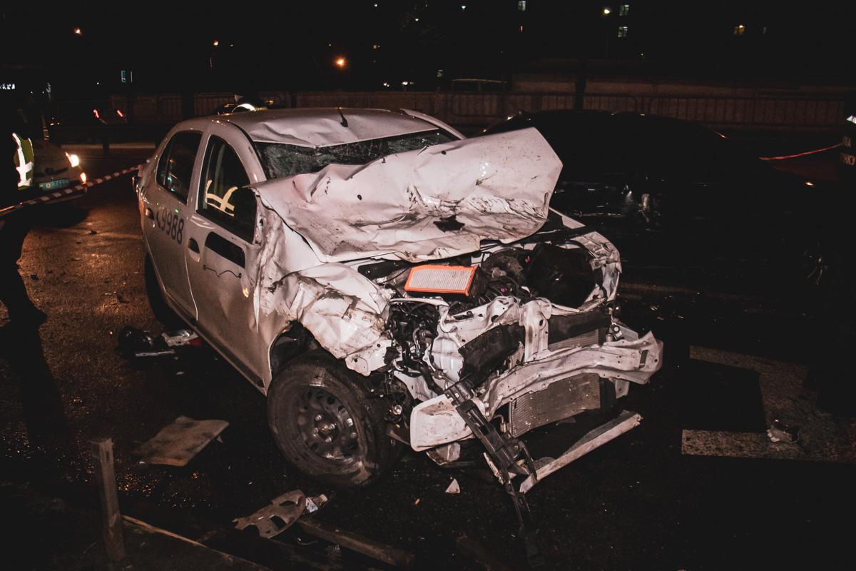 После столкновения, водитель и пассажиры BMW вышли из машины и сбежали с места происшествия
