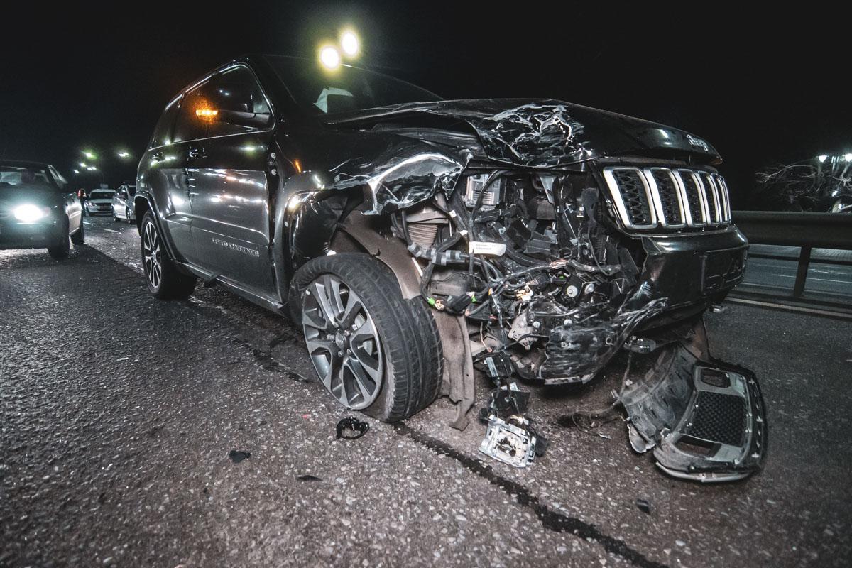 Jeep пытался объехать Logan и Lanos, которые ранее столкнулись, но не правился с управлением и влетел в Kia