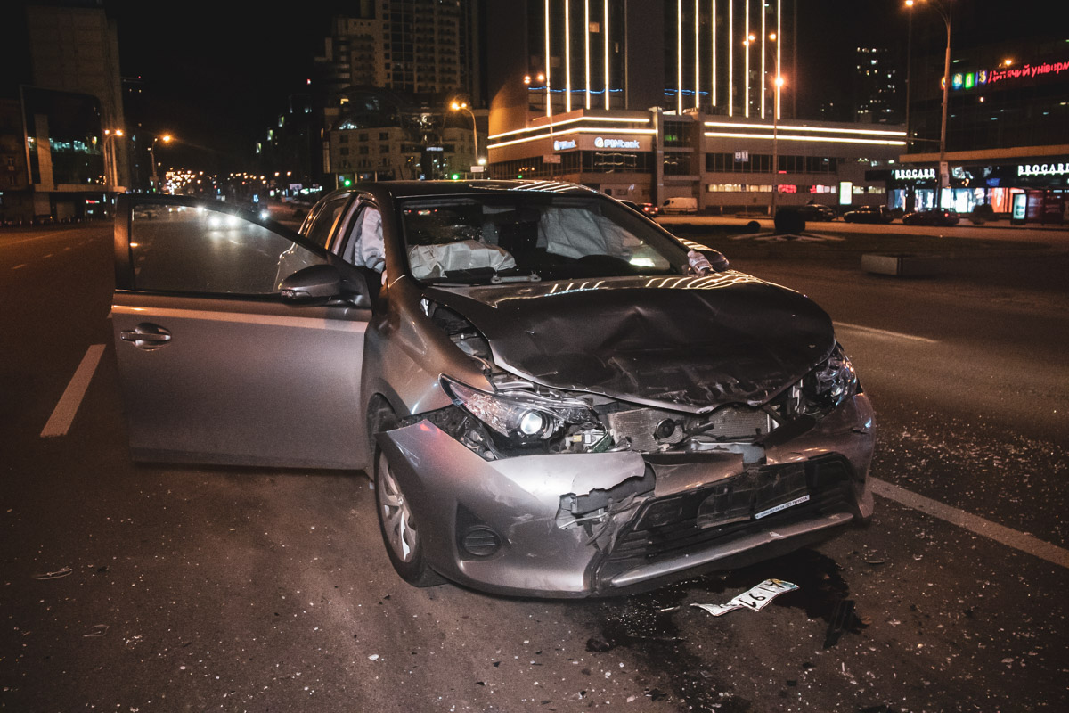 У Toyota сильно повреждена передняя часть