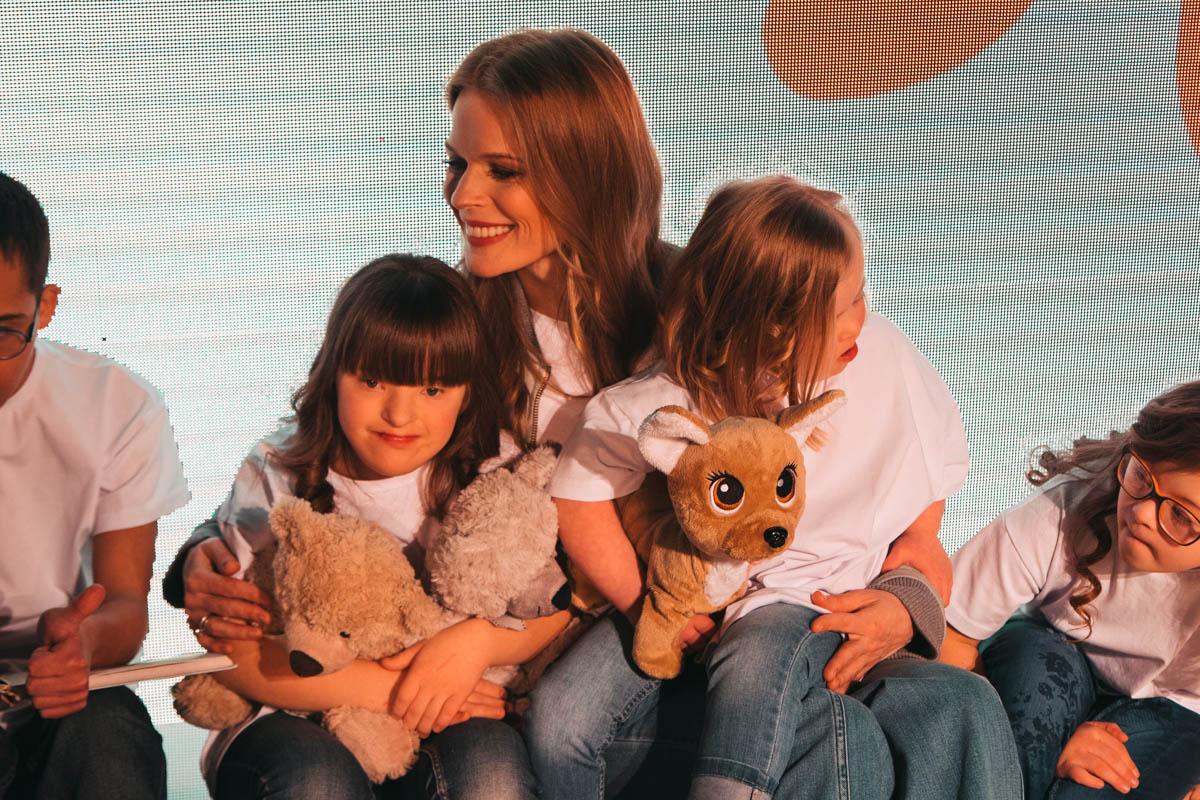 Ольга Фреймут в окружении деток