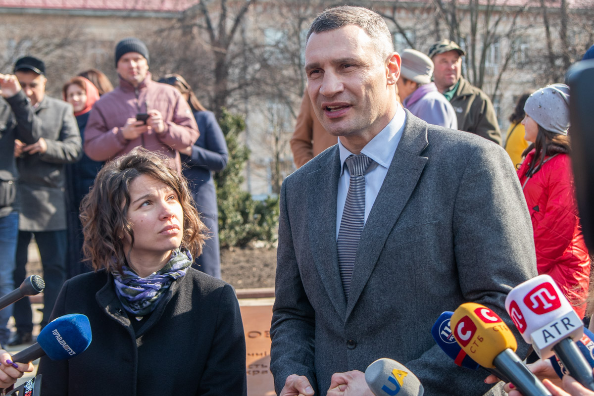 Виталий Кличко и дочь Немцова вместе торжественно открывали сквер и мемориал