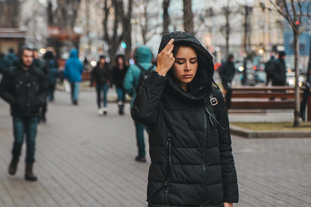 Красавица видимо вернулась из теплых краев с шикарным загаром и не порадовалась погоде в Киеве
