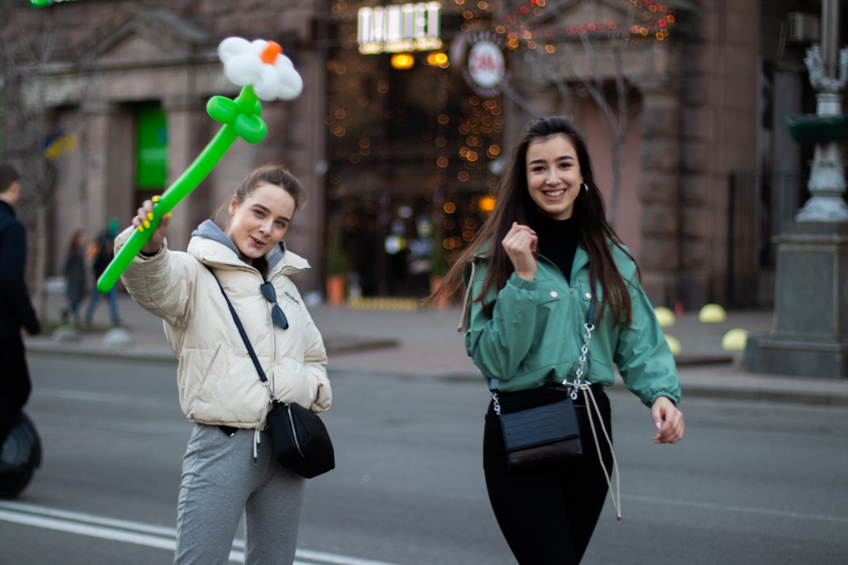 В Киеве погода порадовала всех и отправила людей на прогулку по улицам города