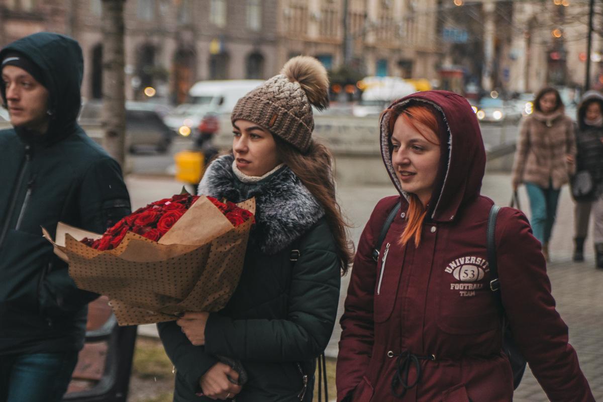 А вот тот, кто порадовал девушку с букетом, очень оригинален, раз подарил не тюльпаны