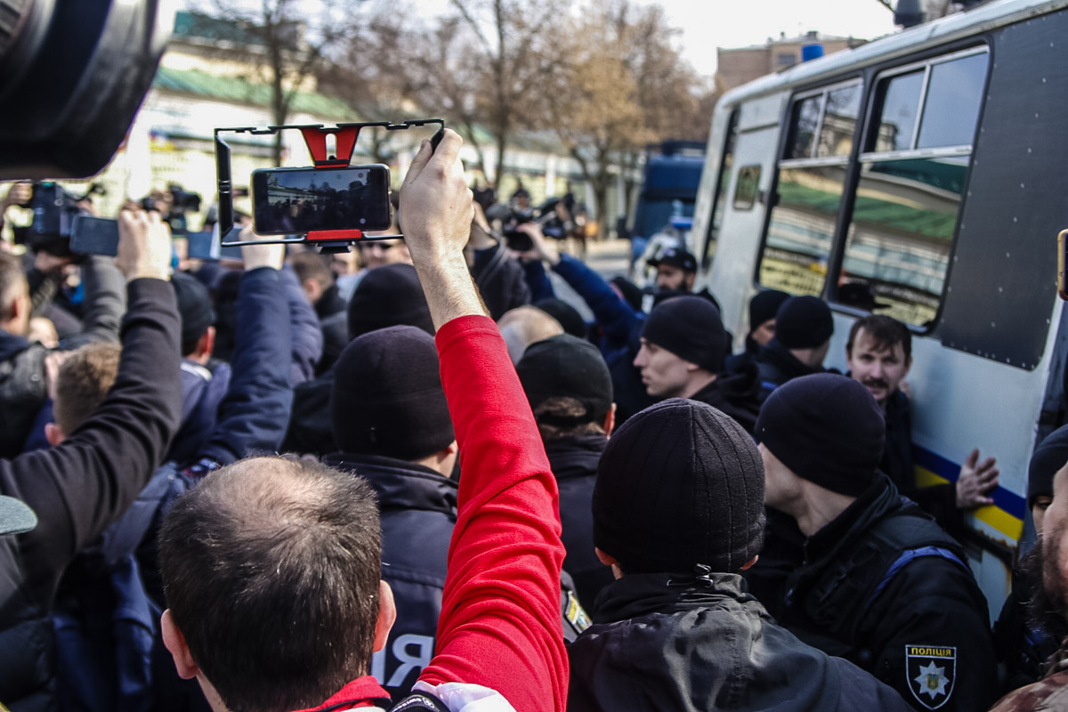 Момент задержания нарушителей перед стартом акции