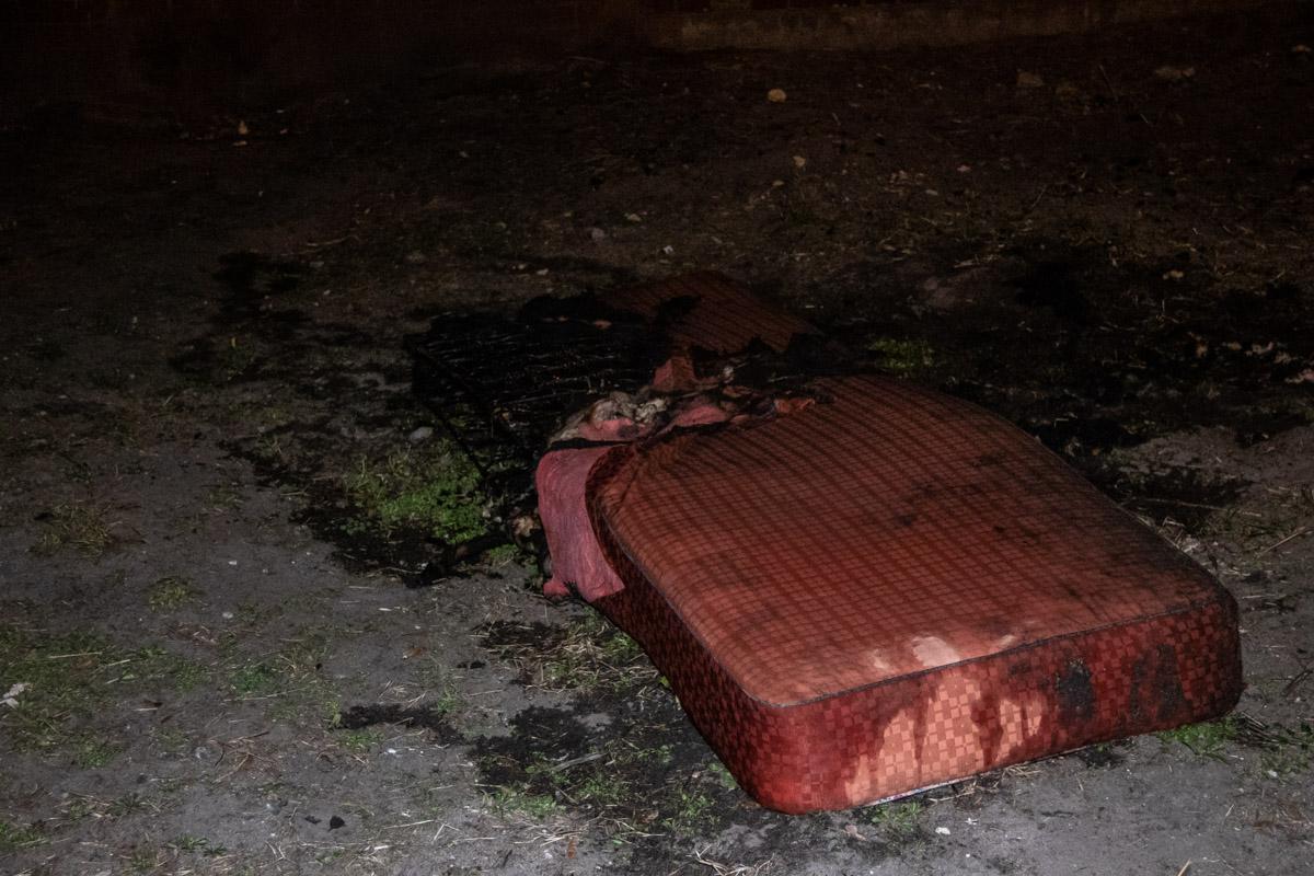 Жильцы квартиры курили в постели и подожгли матрац