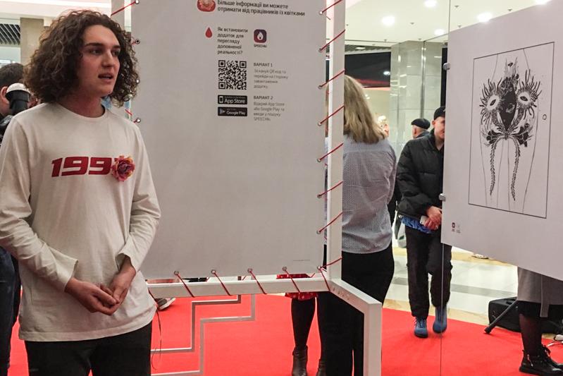 На выставке гиды рассказывали зрителям о каждой из иллюстраций